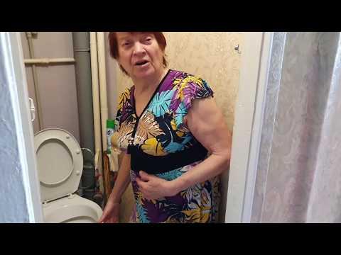Марина учит маму мыть унитаз