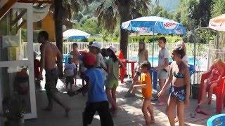 Les enfants dansent sur la terrasse, au camping l'Arize