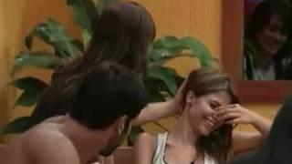 Morango beijando pescoço de Cacau
