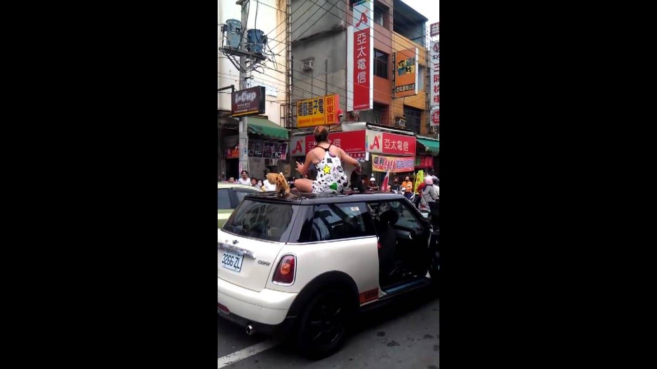 2012/05/27跳舞姐來到岡山統一戲院前 - YouTube
