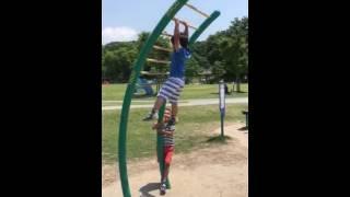 登りうんてい(雲梯)4歳(22世紀の丘公園) thumbnail