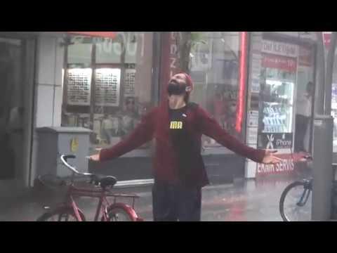 Yağmur altında dans eden vatandaş...