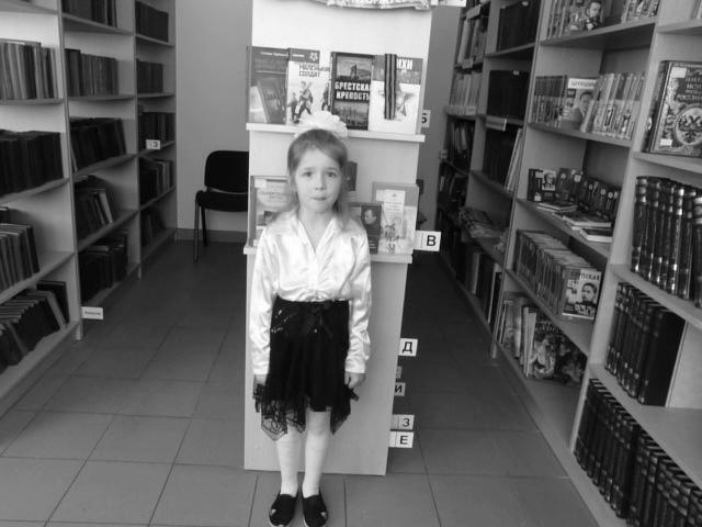 Изображение предпросмотра прочтения – ВалерияКушнерёва читает произведение «На Земле безжалостно маленькой...» Р.И.Рождественского