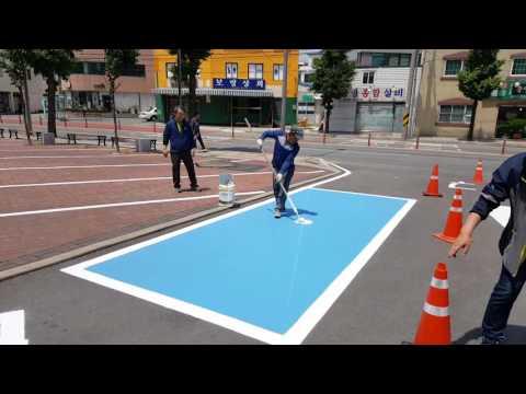 El hipnótico método de un operario para pintar una plaza de parking en 30 segundos