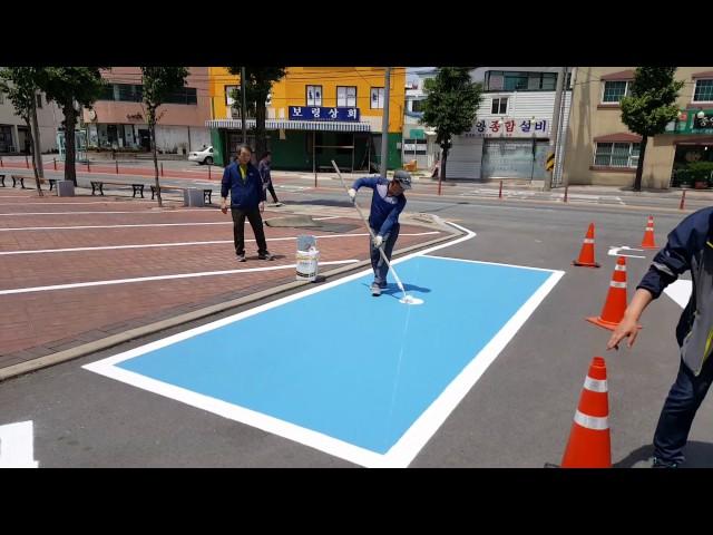 Todo un artista... pintando la señal de una plaza de aparcamiento para discapacitados