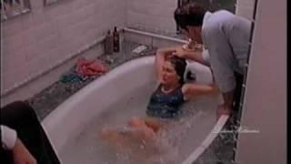 Repeat youtube video Donna legata nella vasca si difende da un aggressore