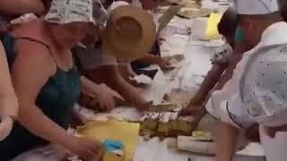 """""""Как животные"""" — новосибирцы накинулись на праздничный торт ко Дню города"""