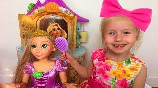 Алиса работает в салоне красоты Смешное видео играем в куклы и прически Pretend play Rapunzel vanity