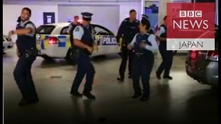 踊る警察官 動画がSNSで話題に