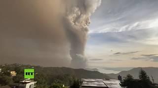 Despierta el volcán Taal en Filipinas en medio de una descarga de relámpagos