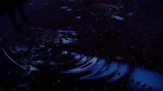 京都水族館「冬を楽しむインタラクティブアート 雪とくらげ」のゾーンを歩き回ると床に波紋が起こる様子