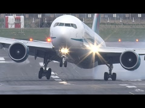 Crazy Landing Shows Pilot Pushing Airplane Gear to the Brink