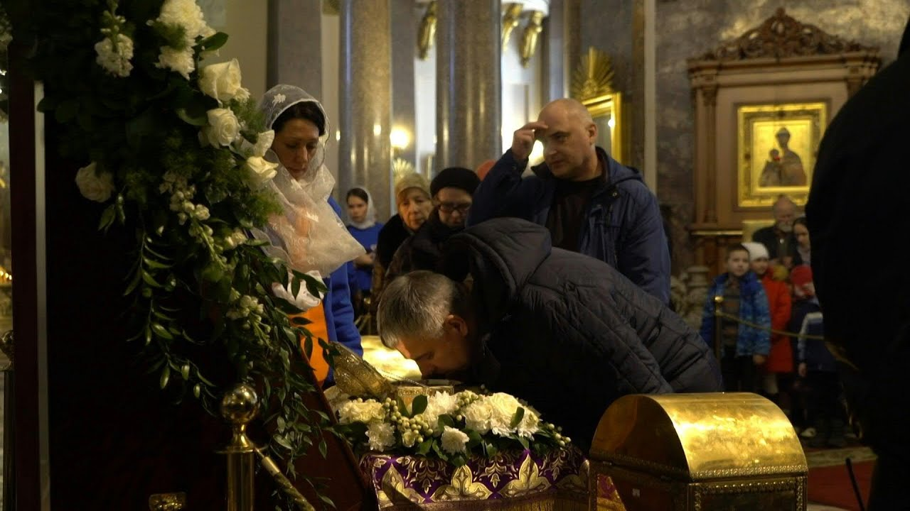 Russian Orthodox believers kiss relics despite virus warnings | AFP