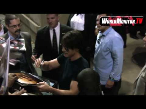 Tom Cruise causes fan frenzy at Jimmy Kimmel Live ...