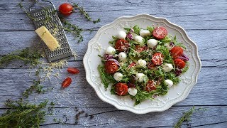 Салат с моцареллой рукколой и помидорами черри
