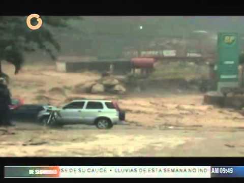 Río Guarenas se desboró y arrastró varios vehículos