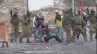 بالفيديو.. جنود الاحتلال يعتدون بالضرب المبرح على شابين في رام الله