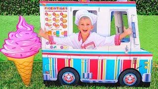 Vlad und Nikita spielen mit Spielzeug-Eiscremewagen