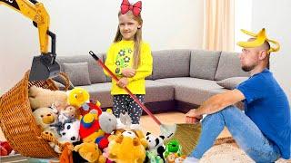 Ястася помогает маме и убирает за папой игрушки
