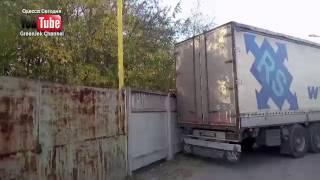 Одесса Сегодня - Машина въехала в газовуют трубу....Мог произойти взрыв газа...(Сегодня в Одессе в районе територии завода