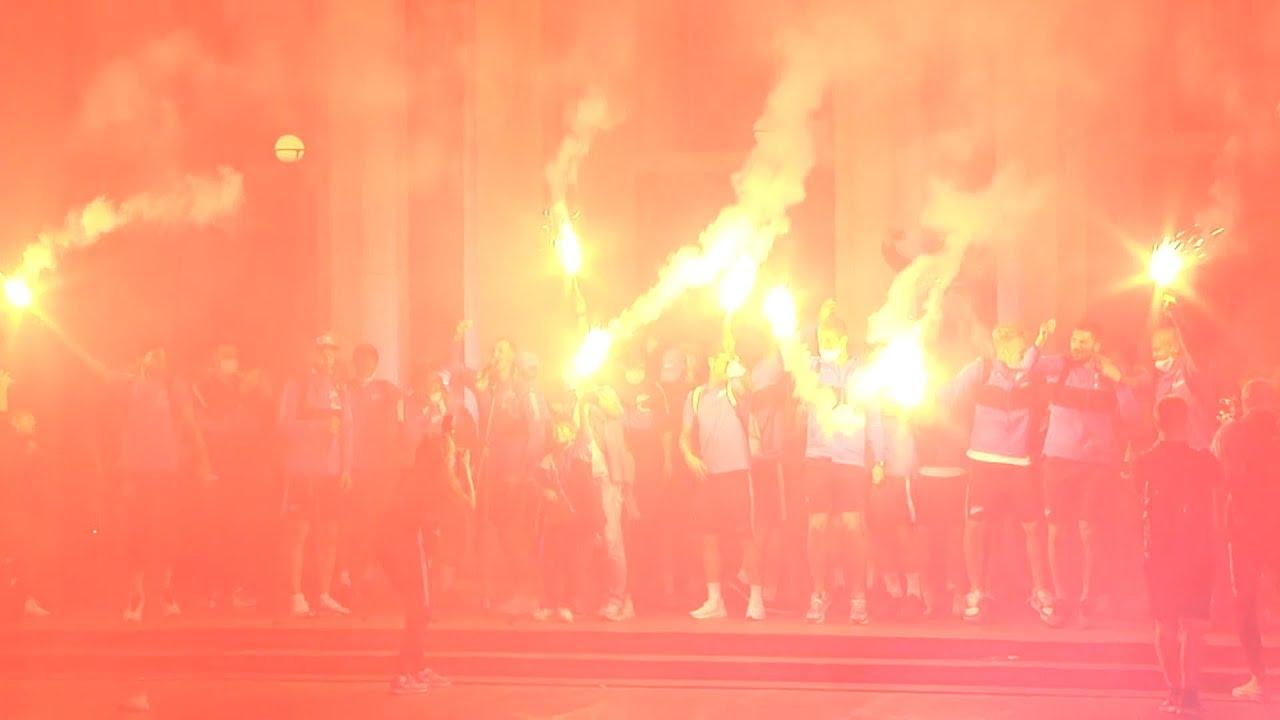 Болельщики устроили фаер-шоу для футболистов «Зенита» после досрочной победы в чемпионате России