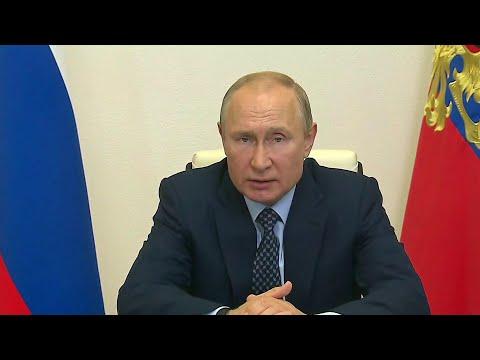 Владимир Путин проводит совещание по ситуации с распространением коронавируса в России.