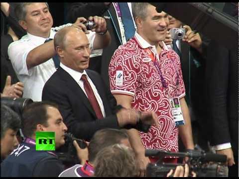 Путин расцеловал дзюдоистов