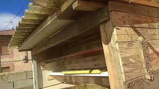 Construcción de un gallinero con aislamiento y materiales reciclados