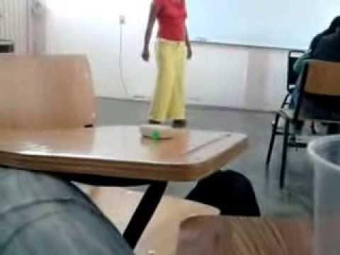 Chica bailando con mini