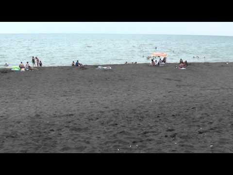 август 2014 Грузия, пляж в Уреки (Ureki) с черным песком.