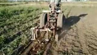 Видео картофелекопалка .mp4(Испытания самодельного минитрактора и картофелекопалки грохотного типа осень 2011 года., 2011-09-24T15:16:09.000Z)