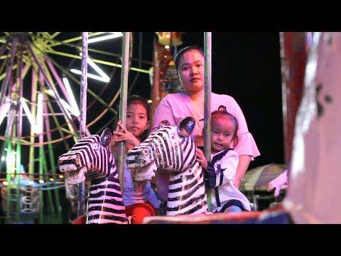 Balita Lucu Bermain di Pasar Malam - Bermain Bola - Naik Odong Odong - Night Carnival Kids