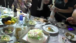 Режут торт на свадьбе