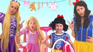 Alice finge princesa y ayuda a su mamá! PRINCESAS juegan con juguetes de limpieza