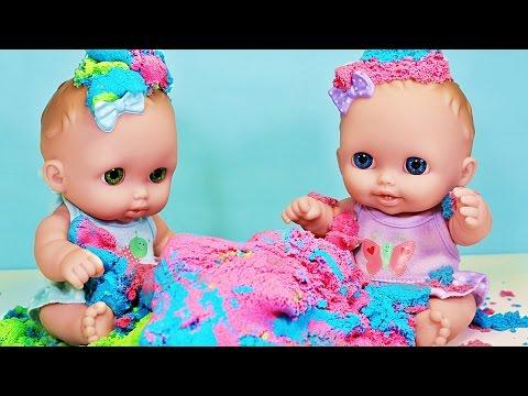 Куклы Пупсики  Маша и Медведь играют в КИНЕТИЧЕСКИЙ ПЕСОК. Игрушки для девочек Зырики ТВ