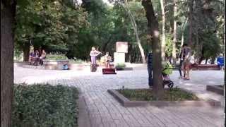 г.Чернигов. ВАЛ(На валу в г. Чернигове парень с девушкой играют для прохожих. Очень красиво., 2014-08-17T19:14:53.000Z)