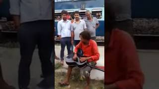 Ai guzarne wali hawa ..awesome voice singing on a railway station