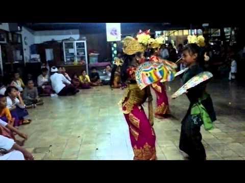 Baris Kekupu Yayasan Tari Bali Warini