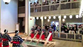 群馬県草津町といえば、日本一の温泉湧出量を誇る温泉街です。 草津町のシンボル湯もみショーは必見のスポット!女性スタッフによる優しい歌...