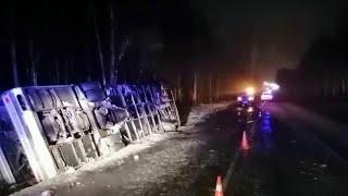 Смотреть видео Под Псковом произошла крупная авария с пассажирским автобусом. онлайн
