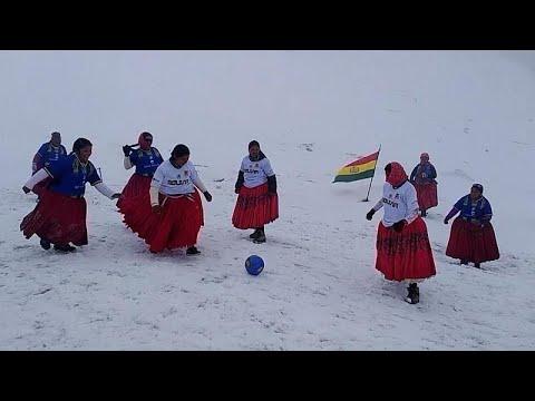 شاهد: بوليفيات بتنانيرهن التقليدية يلعبن كرة القدم على علو 6.000 متر…  - 20:54-2021 / 9 / 17