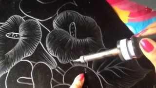 Uma pintura feita em pirografia em tecido de veludo preto – P 1