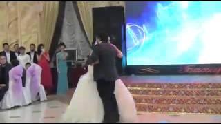 Брат поёт песню сестре на свадьбу