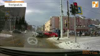 ДТП в Твери: Nissan  протаранил Opel Video