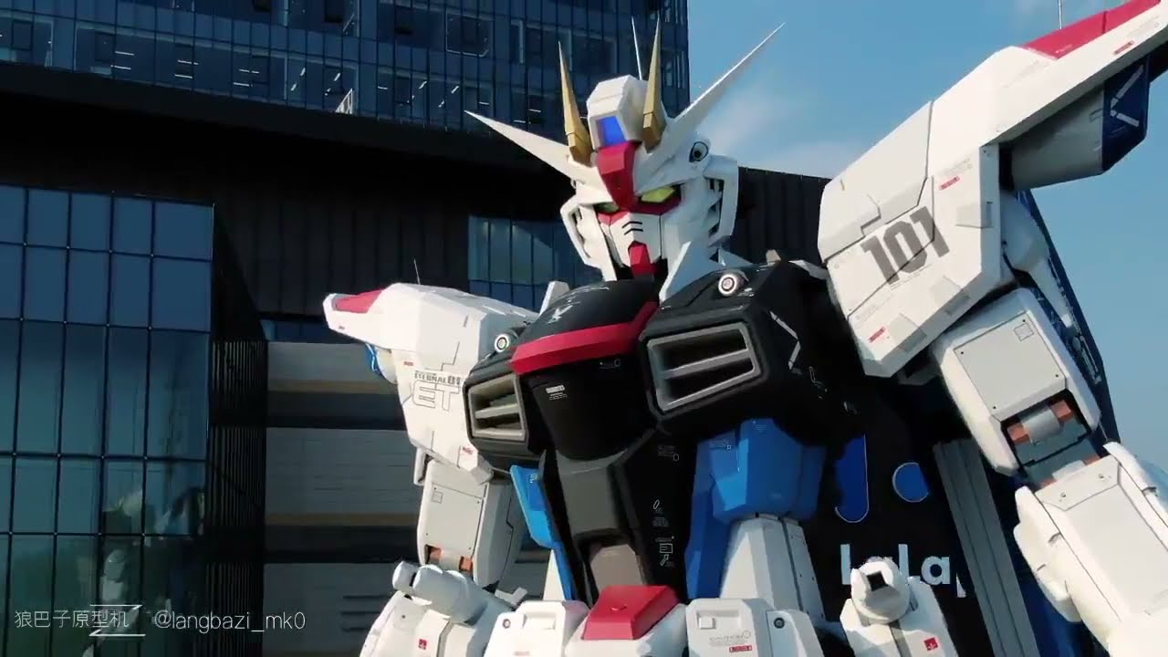 1:1 Freedom Gundam head moving scene.