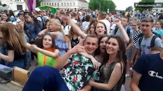 Молодежная дискотека у памятника В. И. Ленину