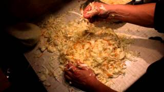 Как засолить капусту(Засолка капусты классическим способом без применения уксуса, кислоты и консервантов. Как солить (квасить)..., 2012-12-28T21:17:51.000Z)