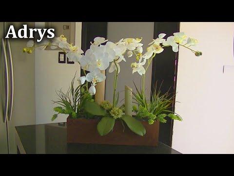 Centro de Mesa con Orquídeas Blancas y Bambús