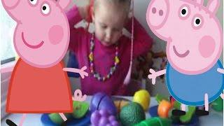 Эльвира кормит Свинку Пеппу и Джорджа фруктами и овощами на липучках.
