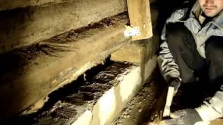 Қалау кірпіш астында ескі ағаш үй .